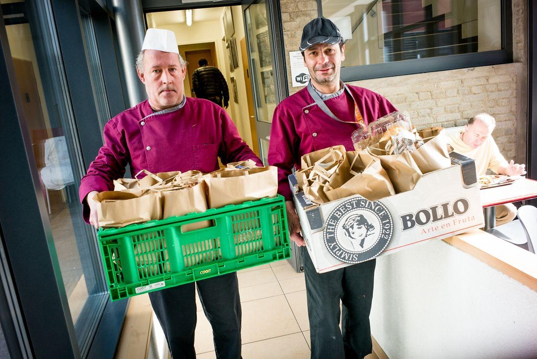 Deux collaborateurs de la Stëmm distribuent des paniers repas