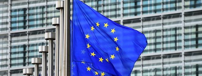 European flags fly outside the European Commission building, in Brussels, on May 8 2015. AFP PHOTO / EMMANUEL DUNAND