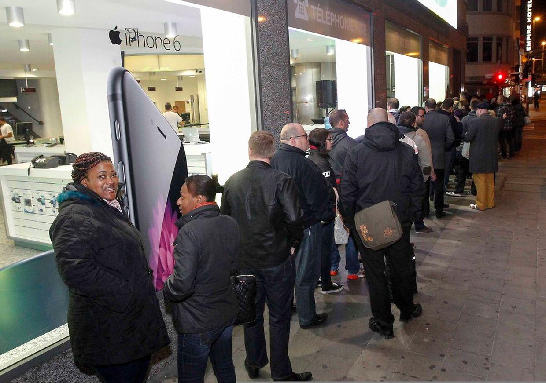 Für das neue iPhone 6 standen Kunden am Morgen vor dem Post-Geschäft am Hauptbahnhof in Luxemburg-Stadt in der Schlange.