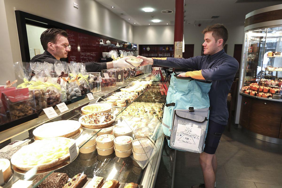 Chez le boucher, le boulanger ou à la pharmacie, Sébastien Cayotte fait tous les achats gratuitement.