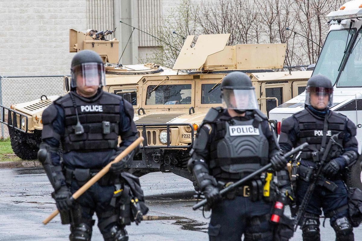 Die Polizeiwache von Brooklyn Center steht unter schwerer Bewachung.