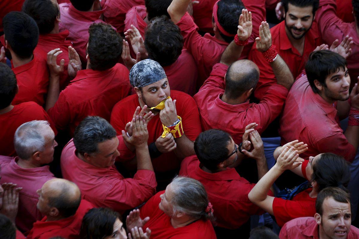 Un membre des «Castellers Joves» s'affiche avec les couleurs de l'indépendance catalane. Les «Castellers», les constructeurs de tours humaines, sont une vieille tradition catalane.