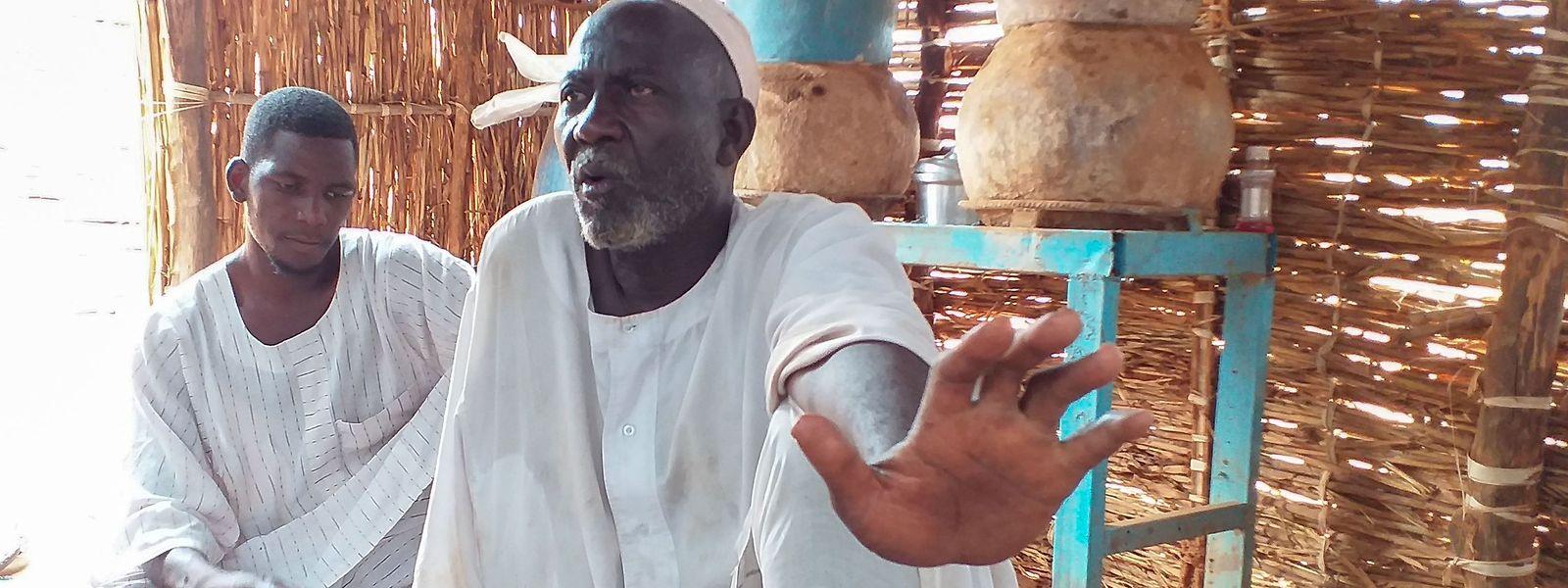 Abdelrahman Omar (rechts), 70 Jahre alt, lebt in einem Flüchtlingscamp in der Region Darfur.