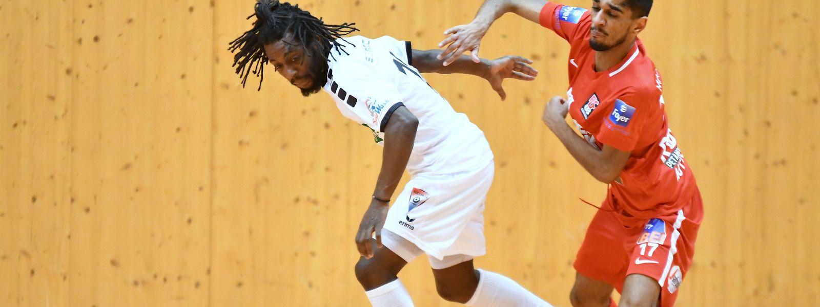 Ruben Reis (à dta.) assinou um 'hat-trick'  frente ao UT Pétange na vitória da sua equipa por 12-2.