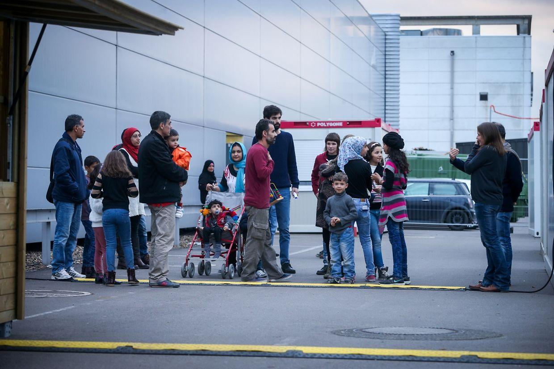 Die Flüchtlinge kommen die ersten Tage in der Notunterkunft in den Luxexpo-Hallen unter.