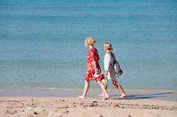 """ARCHIV - 29.05.2021, Spanien, Arenal: Zwei Frauen gehen am Strand von Arenal am Wasser entlang. Nach dem harten Pandemie-Winter mit vielen Einschränkungen haben auf der spanischen Urlaubsinsel bereits 312 Häuser den Betrieb wiederaufgenommen. Die Corona-Zahlen gehen zurück, die Impfquoten steigen - und in vielen europäischen Ländern werden Einschränkungen nach und nach wieder aufgehoben. Das macht Hoffnung auf Reisen im Sommer.(zu dpa """"Corona in Europa: Viele Länder offen für Urlaubsreisen"""") Foto: Clara Margais/dpa +++ dpa-Bildfunk +++"""