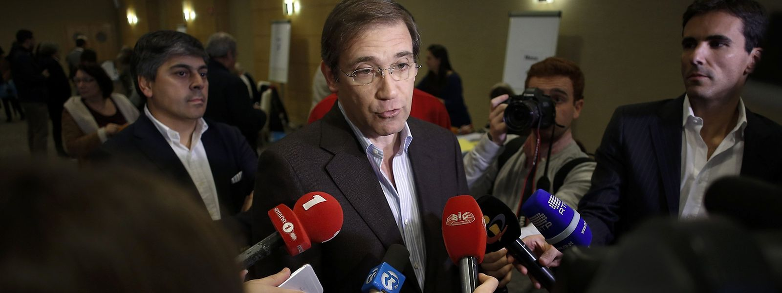 O presidente do Partido Social Democrata (PSD), Pedro Passos Coelho (C), fala aos jornalistas após ter exercido o seu direito de voto na distrital de Lisboa para as eleições diretas para a escolha do presidente do partido