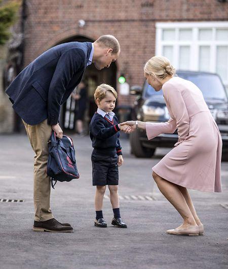 Papa William begleitete Prinz George in die Schule, wo er von der Schulleiterin der jüngeren Klassen, Helen Haslem, erwartet wurde.