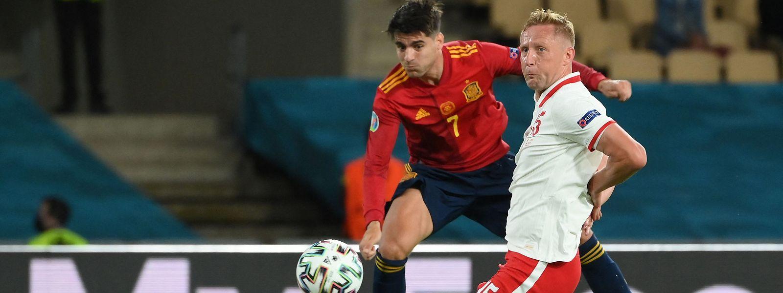 Alvaro Morata muss sich mit Spanien gegen Polen um Kamil Glik (r.) mit einem Punkt begnügen.