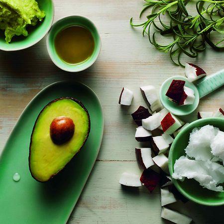 Auch in der äußeren Anwendung gesund und pflegend: Avocado und Kokosöl dienen als Feuchtigkeitsspender für Haut und Haar.