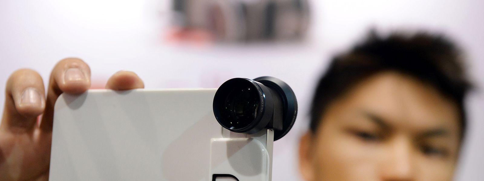 Besser fotografieren mit dem Smartphone: Aufstecklinsen bieten einen zweifachen Zoom und einen Polarisationsfilter.