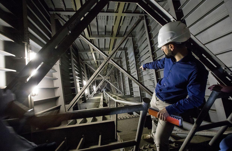 Die Straßenbauverwaltung lässt tief blicken: Innerhalb der Pfeiler der Rout Bréck geht es steil hinunter.