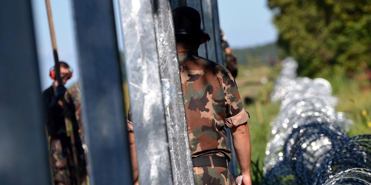 Ungarn geht radikal gegen die Einwandererströme vor - zuletzt hatte man einen 175 Kilometer langen Grenzzaun entlang der serbischen Grenze errichtet.