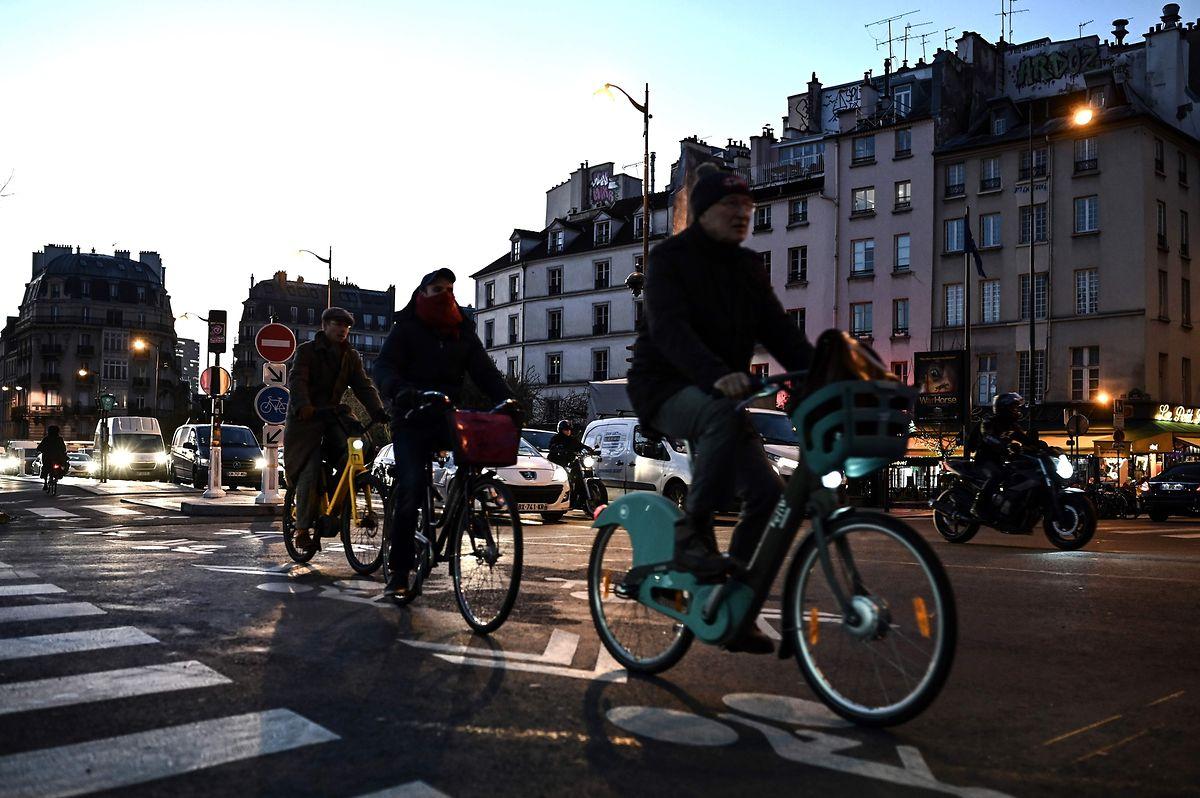 In Paris griffen Pendler auf das Fahrrad als Alternative zurück.