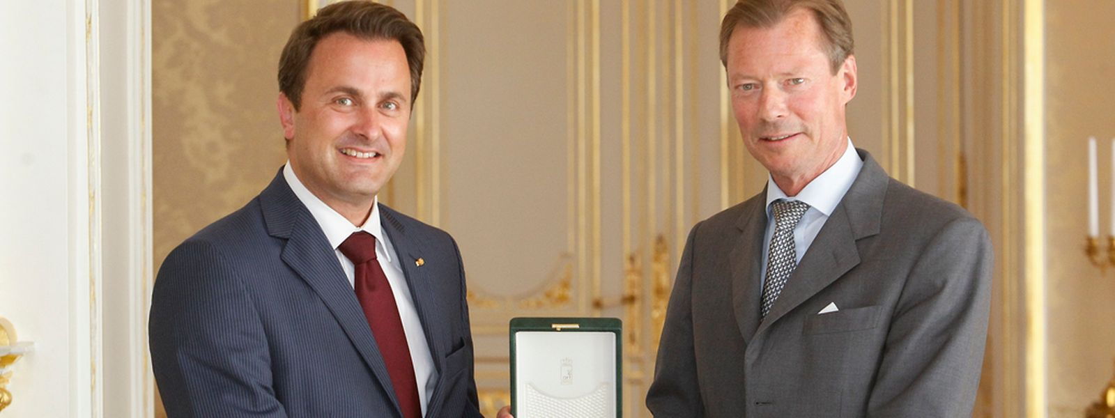 Großherzog Henri überreicht Premierminister Bettel die Grand-Croix des Ordre de la Couronne de Chêne. Foto: Guy Jallay