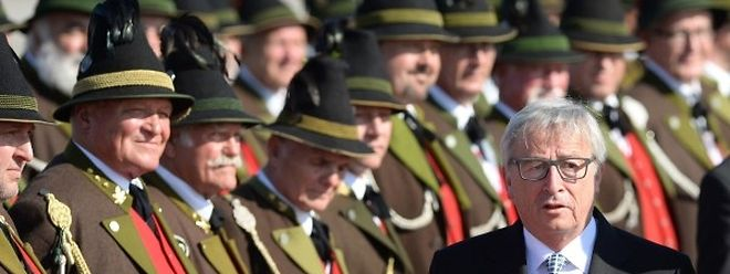 Kommissionspräsident Juncker wurde bei seiner Ankunft in München von Männern im bayrischen Trachtenkostüm empfangen.