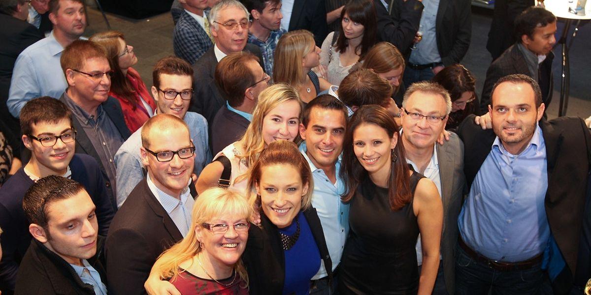 Die DP-Mitglieder freuen sich auf der Wahlparty über den Erfolg.