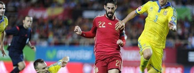 Isco entre Vyacheslav Shevchuk et Yevhen Khacheridi. L'Espagne a battu l'Ukraine 1-0.