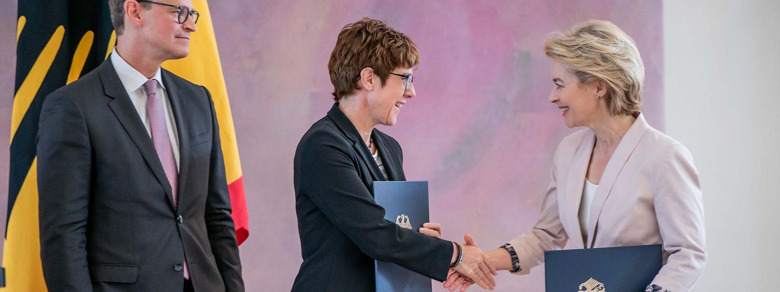 Stabwechsel: Ursula von der Leyen (r.), scheidende Verteidigungsministerin übergibt ihr Amt an ihre Nachfolgerin Annegret Kramp-Karrenbauer, Bundesvorsitzende der CDU.