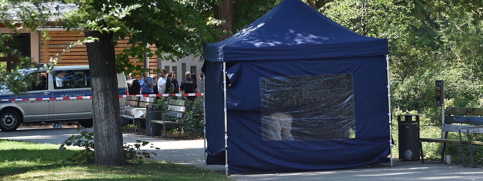 Beamte der Spurensicherung sichern in einem Faltpavillon Spuren am Tatort. Gut drei Monate nach dem Mord an einem Tschetschenen in Berlin will der Generalbundesanwalt die Ermittlungen an sich ziehen.