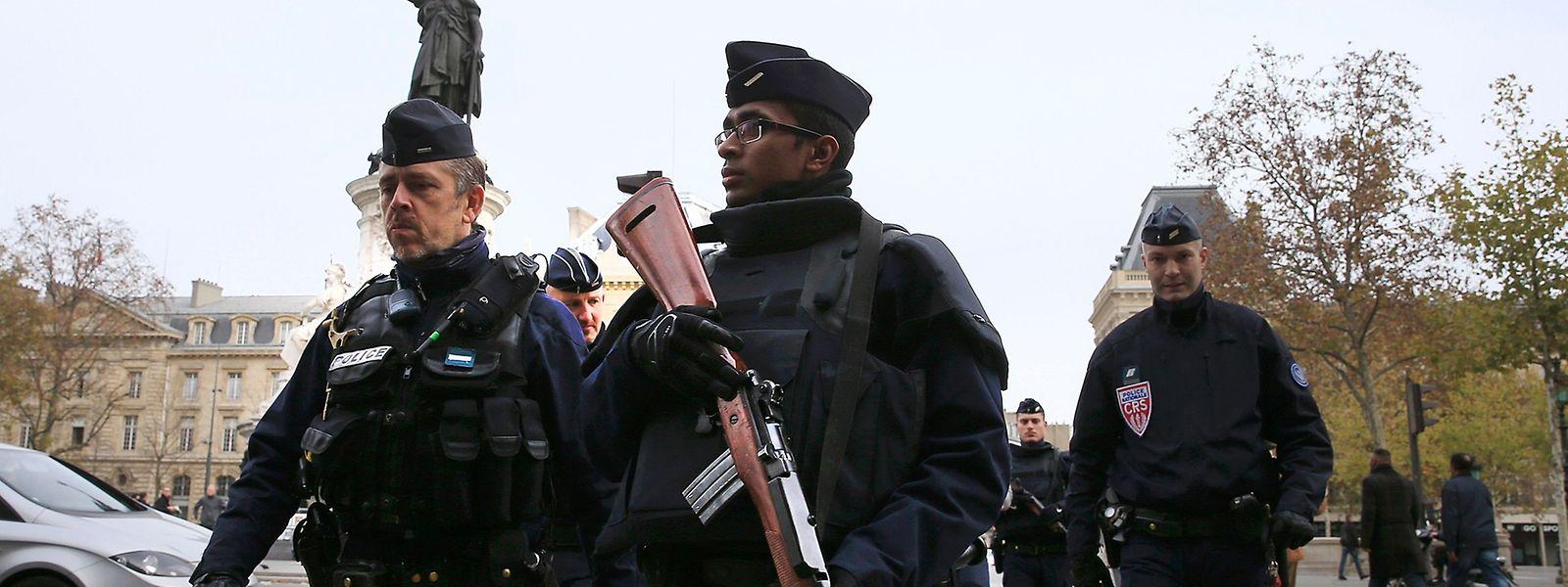 Une patrouille de police place de la République à Paris, samedi matin.