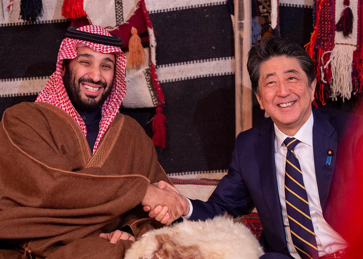 Saudi-Kronprinz Mohammed bin Salman (l.) unterhält beste Kontakte mit Wirtschaftsführern und hochrangigen Politikern auf der ganzen Welt: Hier schüttelt er die Hand von Japans Ministerpräsident Shinzo Abe.
