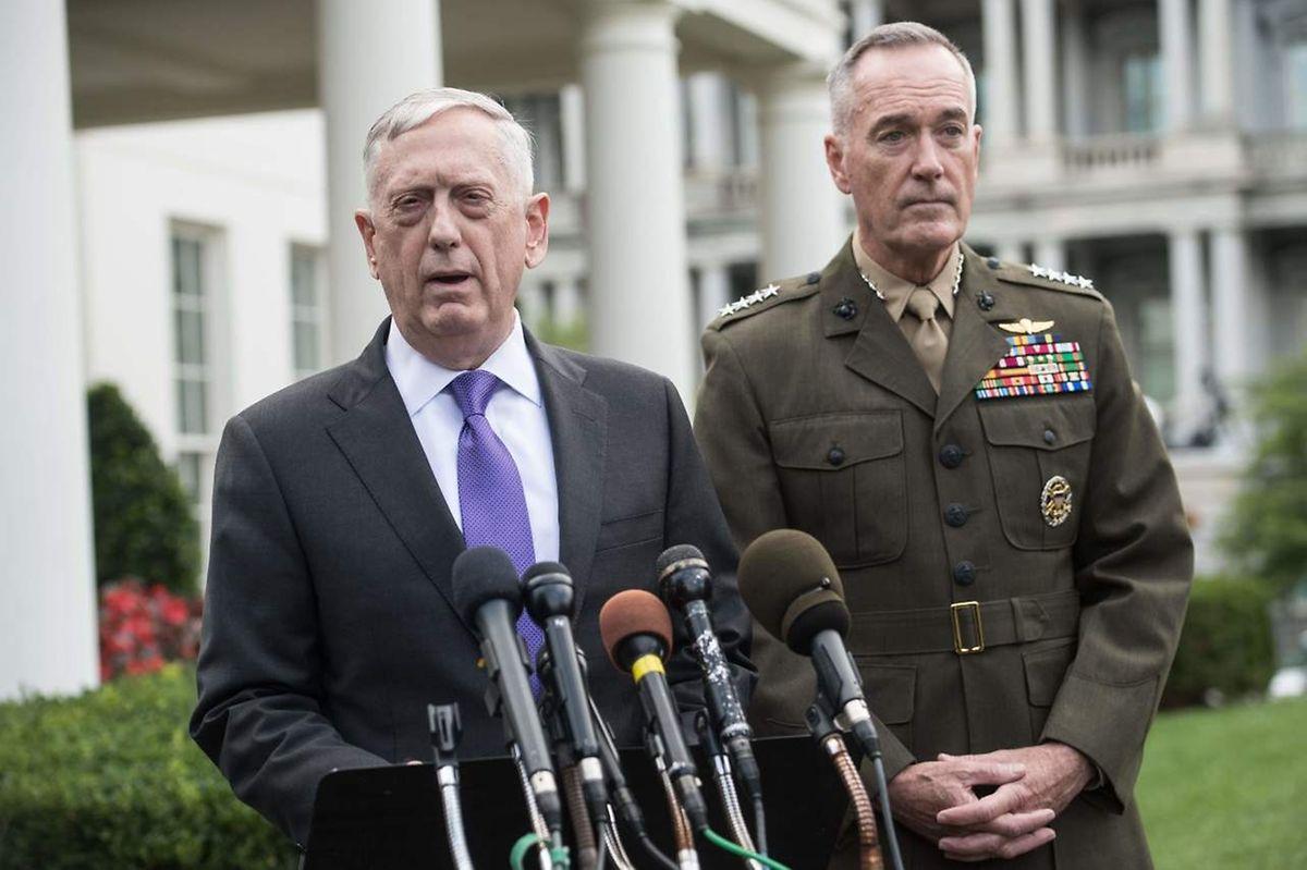 """Die Reaktion werde """"überwältigend"""" ausfallen, sagte der US-Verteidigungsminister Mattis (l.)  am Sonntag in Washington nach Beratungen im Weißen Haus,"""