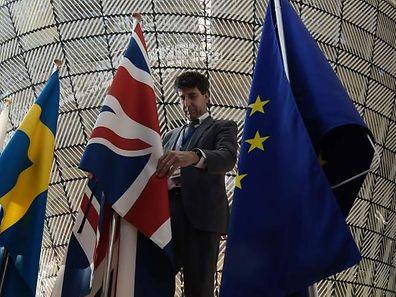 Noch hängen der Union Jack und die Europa-Flagge fast einträchtig nebeneinander vor dem EU-Gipfel. Doch die Brexit-Verhandlungen werden kontrovers sein.