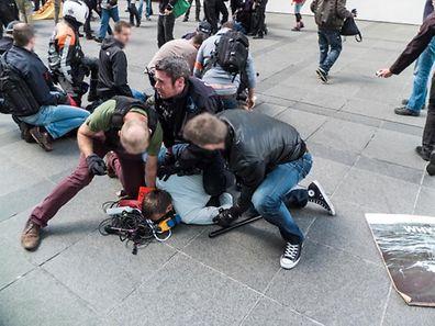 Der finale Zugriff der Polizei fand nach einer ersten Auseinandersatzung statt, bei der Polizeibeamten verletzt worden waren. 13 Demonstranten wurden vorübergehend festgenommen.
