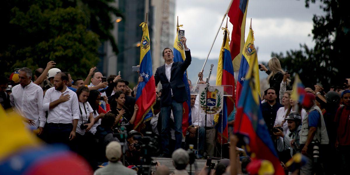 Juan Guaido, Präsident des entmachteten Parlaments in Venezuela, erklärt sich auf einer Kundgebung vor Anhängern zum venezolanischen Staatschef.