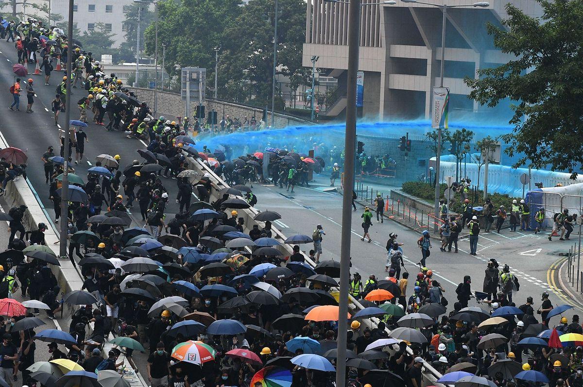 """Schon am Samstag war es nach einer friedlichen Kundgebung von Zehntausenden zum fünften Jahrestag der """"Regenschirmbewegung"""" zu Zwischenfällen gekommen."""