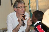 Lors de sa mission à l'Hôpital pédiatrique de l'Université de Dakar, fin février-début mars, le Dr Luc Schroeder a repéré le petit Gallo, gravement mutilé au visage, mais ne pouvait pas l'opérer sur place.