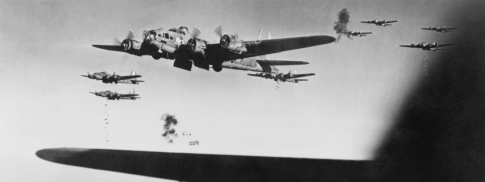 Solche B-17 Bomber flogen auch die Angriffe auf Luxemburg. Das Bild zeigt ein Bombardement auf Meudon (F) aus dem Jahr 1943.