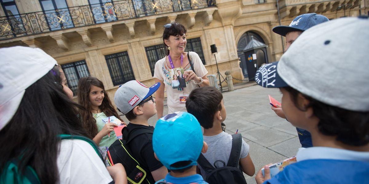 Während des Rundgangs erfahren die Kinder so manches über die Geschichte der über 1000-jährigen Stadt.
