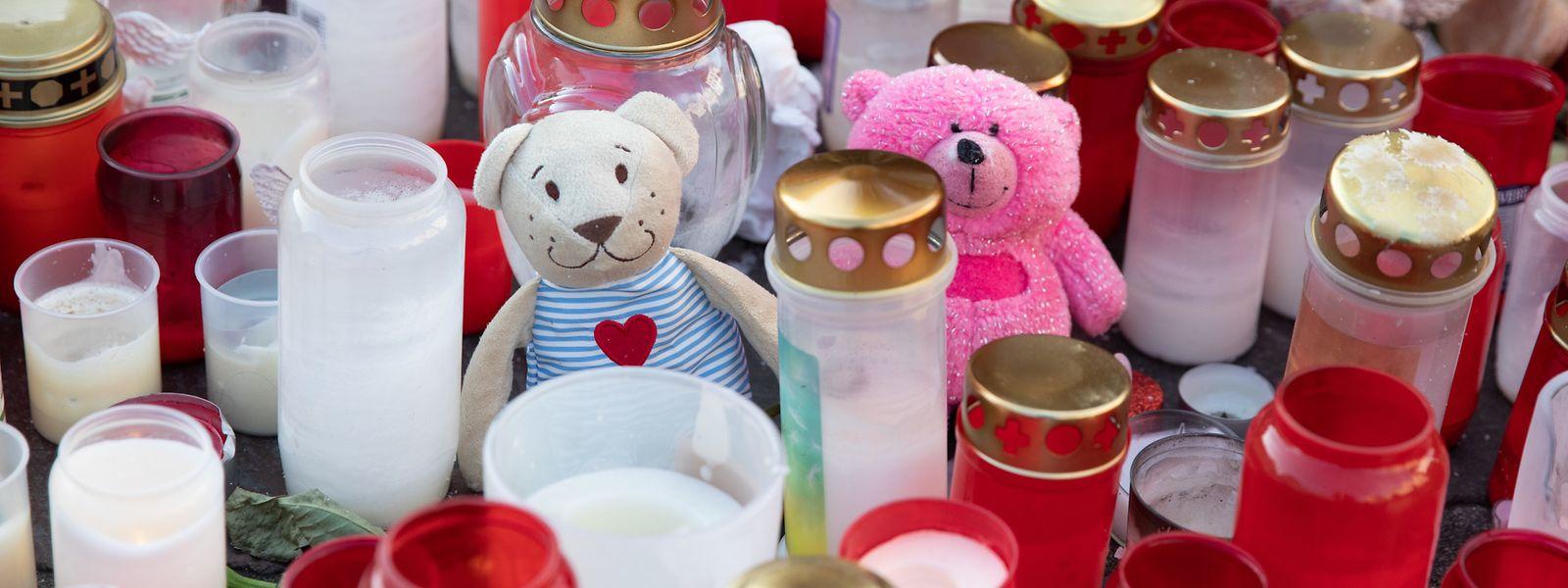 Ein Meer aus Lichtern, Kerzen und Teddys erinnert an die fünf Toten der Trierer Amokfahrt.