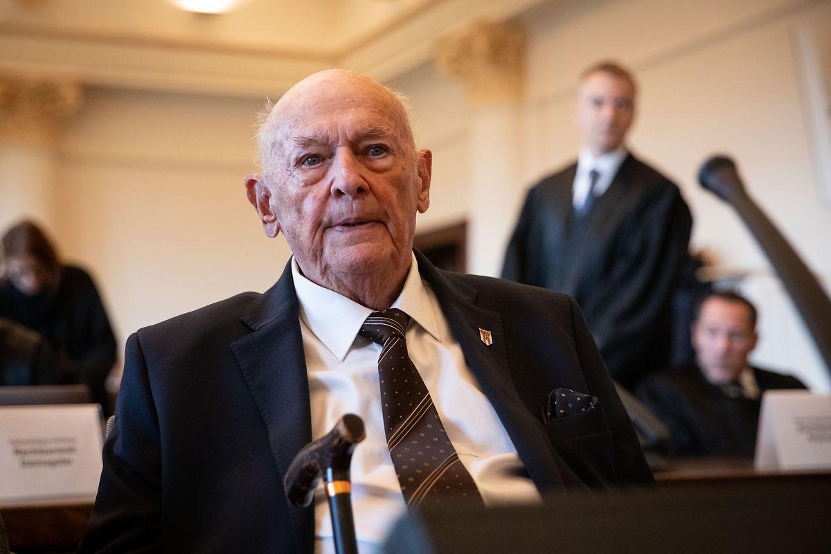 Marek Dunin-Wasowicz, Überlebender des KZ Stutthof, der als Zeuge und Nebenkläger in dem Prozess gegen einen ehemaligen SS-Wachmann des Konzentrationslagers Stutthof aussagt, sitzt im Landgericht.