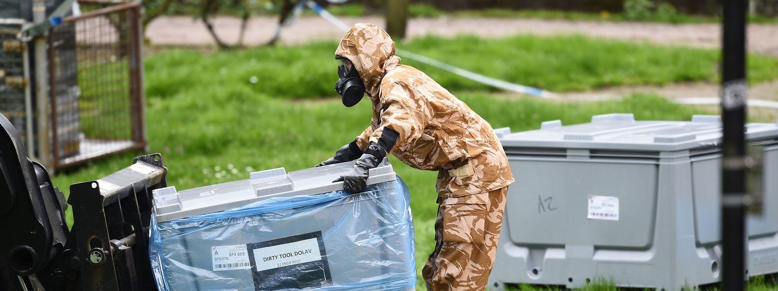 24.04.2018, Großbritannien, Salisbury: Ein Soldat in Schutzkleidung arbeitet in der Nähe des Ortes, an dem der frühere russische Doppelagent Skripal und seine Tochter nach einer Vergiftung ohnmächtig auf einer Parkbank aufgefunden worden waren.