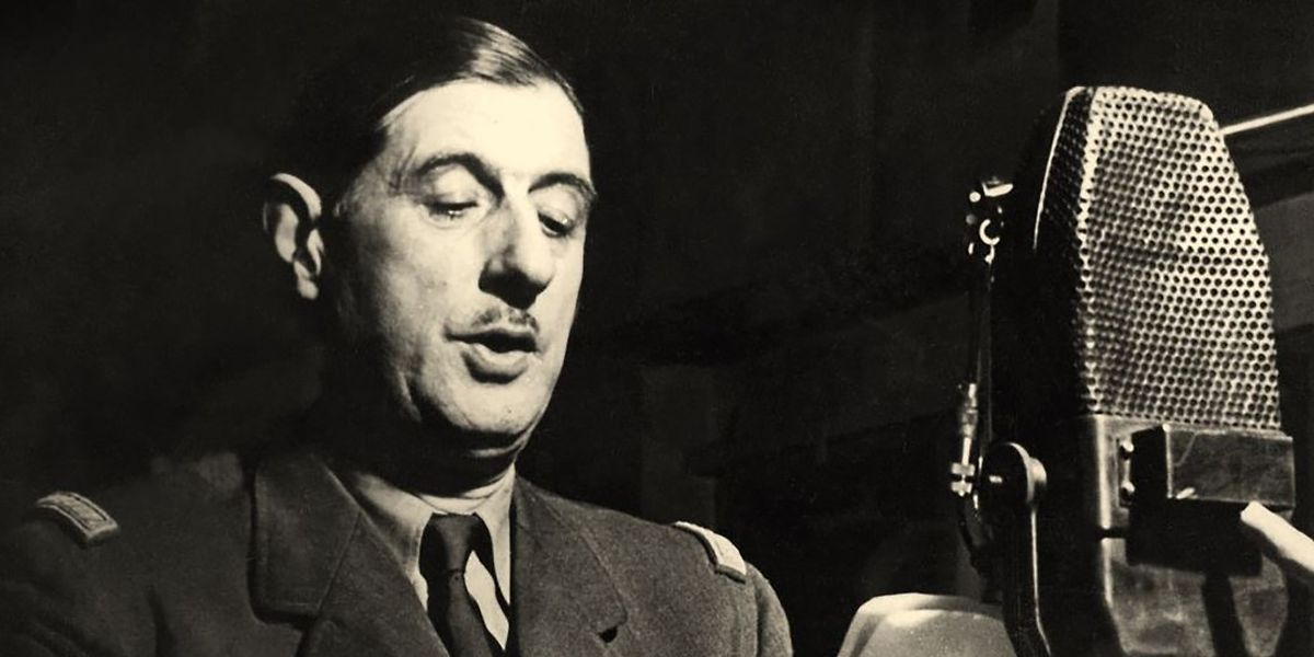 Charles de Gaulle au micro de la BBC à Londres. Cette photographie est postérieure au 18 juin 1940, il n'existe aucun cliché de l'appel du 18 juin mais cette image est parfois utilisée comme illustration du célèbre discours.