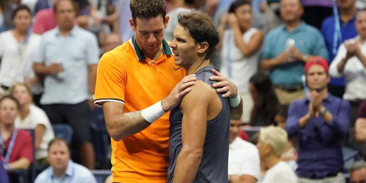 Rafael Nadal réconforté par Juan Martin del Potro. L'Espagnol a une nouvelle fois été trahi par son corps.