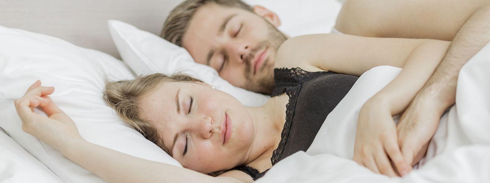 Ordnung, Ruhe und Raumklima: Schon kleine Maßnahmen helfen dabei, besser zu schlafen.