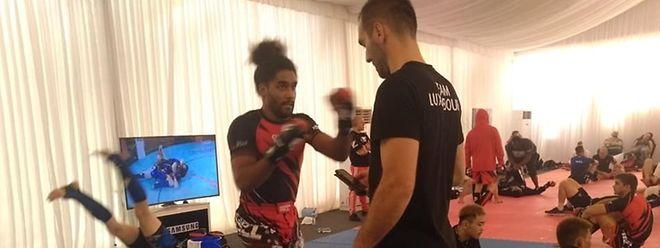 Yann Liasse lors de l'échauffement avec Miomir Vujovic avant son combat. Son prochain adversaire est le champion d'Europe de la catégorie.