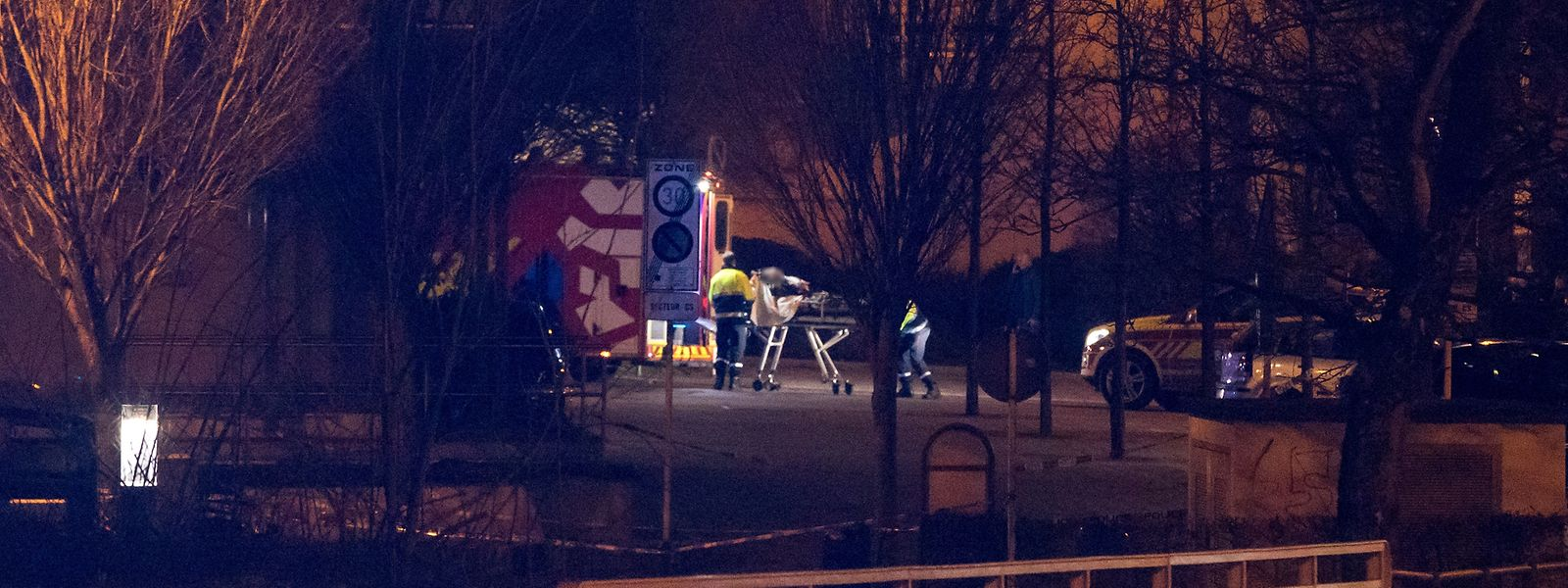 Gegen 20 Uhr wurde eine Person in einem Krankenwagen abtransportiert.