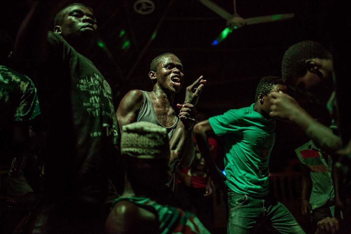 Des hommes dansent sur une plage de Zanzibar en Tanzanie
