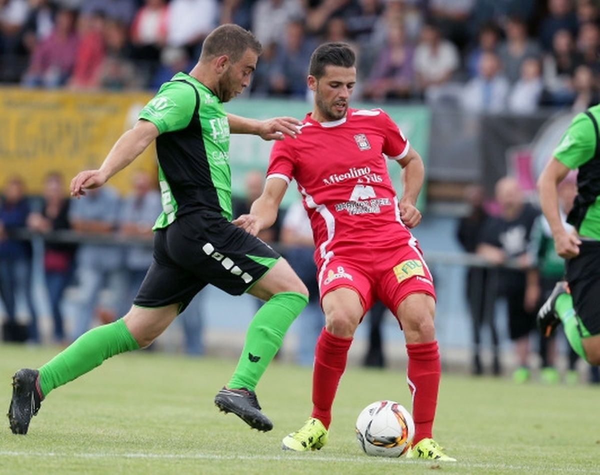 Zweikampf zwischen dem Mondorfer Monteiro (l.) und Differdingens Ribeiro.