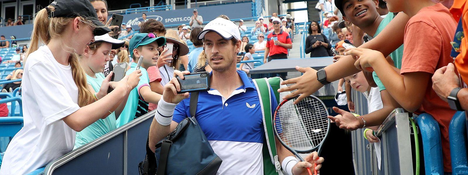 Andy Murray hält den Moment seines Comebacks mit dem Smartphone fest.