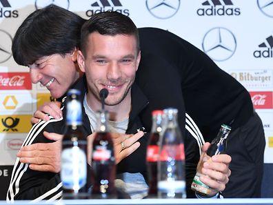 Lukas Podolski und Joachim Löw - die beiden werden sich vermissen.