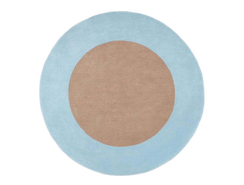 Innen natürlich und außen einfach himmlisch: zweifarbiger runder Teppich aus der Kollektion des niederländischen Interior-Labels Fest, um 699 Euro.