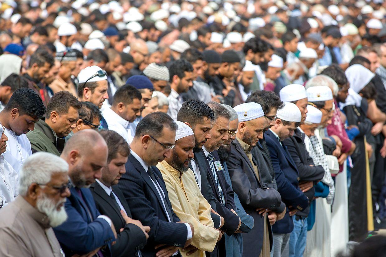 Mit zwei Schweigeminuten hat Neuseeland am Freitag der 50 Todesopfer des rassistisch motivierten Anschlags auf zwei Moscheen in der Stadt Christchurch gedacht.
