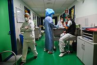 Nursing coordinator Silvana Di Florio (C), wearing protective equipment, is about to enter the COVID-19 Intensive Care Unit (ICU) of Tor Vergata Hospital on 24 November 2020 in Rome.  - Italy, the first European country affected by a global coronavirus pandemic, exceeded the 50,000 Covid-19 death threshold on 23 November 2020.  Most occurred earlier this year, but some 15,000 deaths have been reported since early September.  (Photo: ANDREAS SOLARO / AFP)