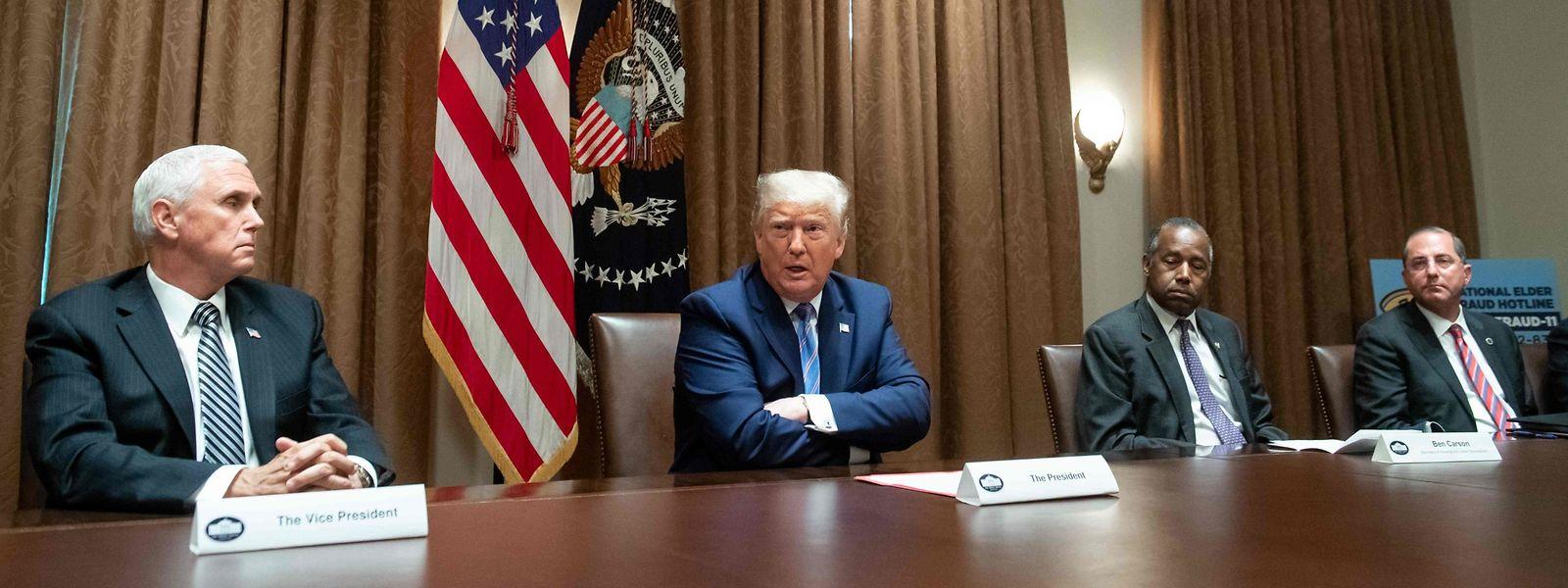 US-Präsident Donald Trump zusammen mit Vizepräsident Mike Pence (L), Minister für Wohnungsbau Ben Carson (2. R) und Gesundheitsminister Alex Azar (R) am Montag.